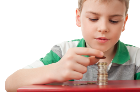 kind dat geldmunten opstapelt