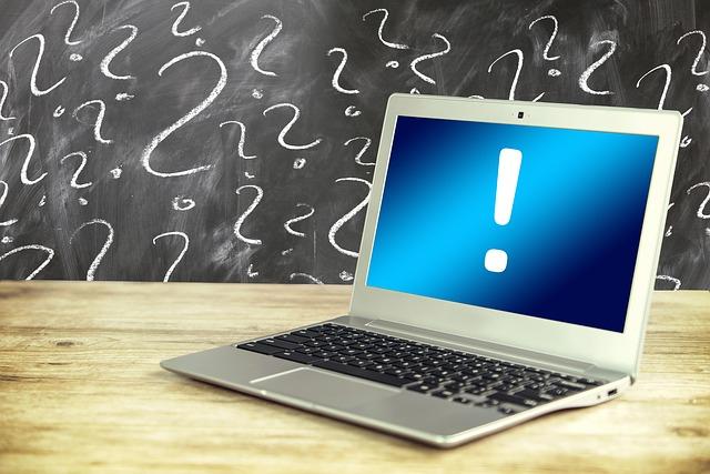 laptop met uitroepteken op het beeldscherm