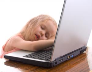 slapend meisje op laptop - foto bij blog over een slaapverwekkende USP