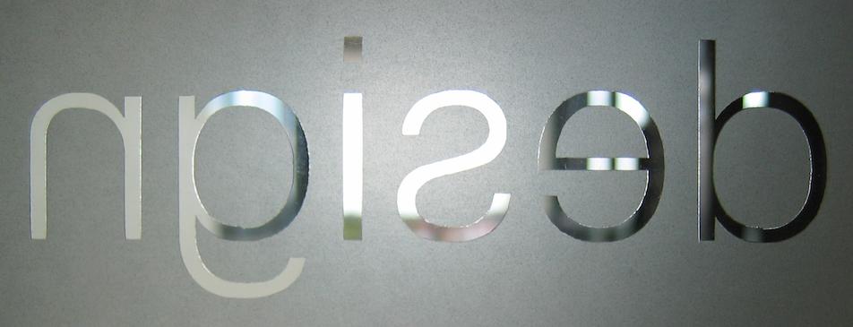 het woord design uitgesneden in aluminium - afbeelding bij blog over miscommunicatie