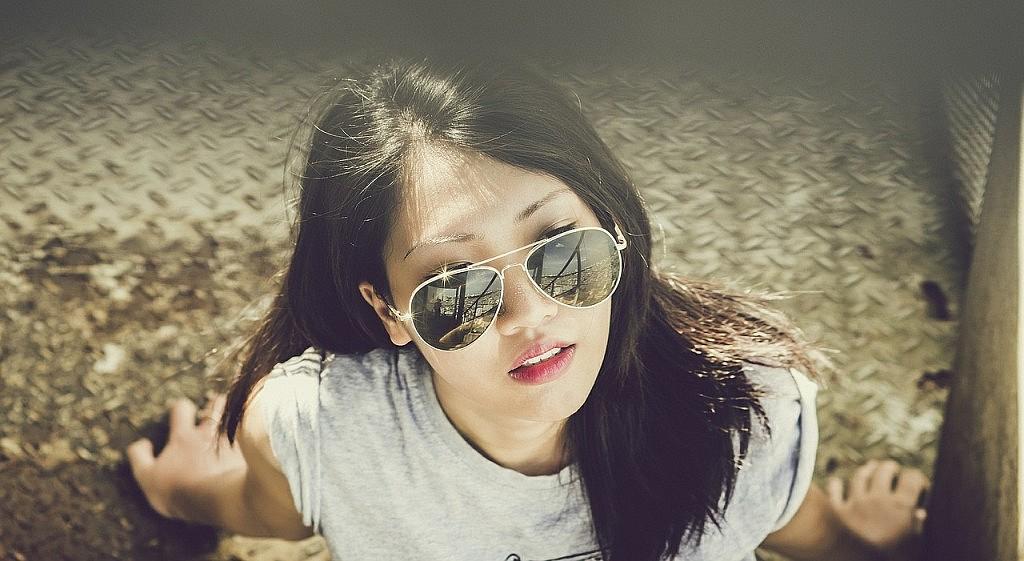 vrouw met zonnebril op - afbeelding bij Dochters van Mulan recensie blog