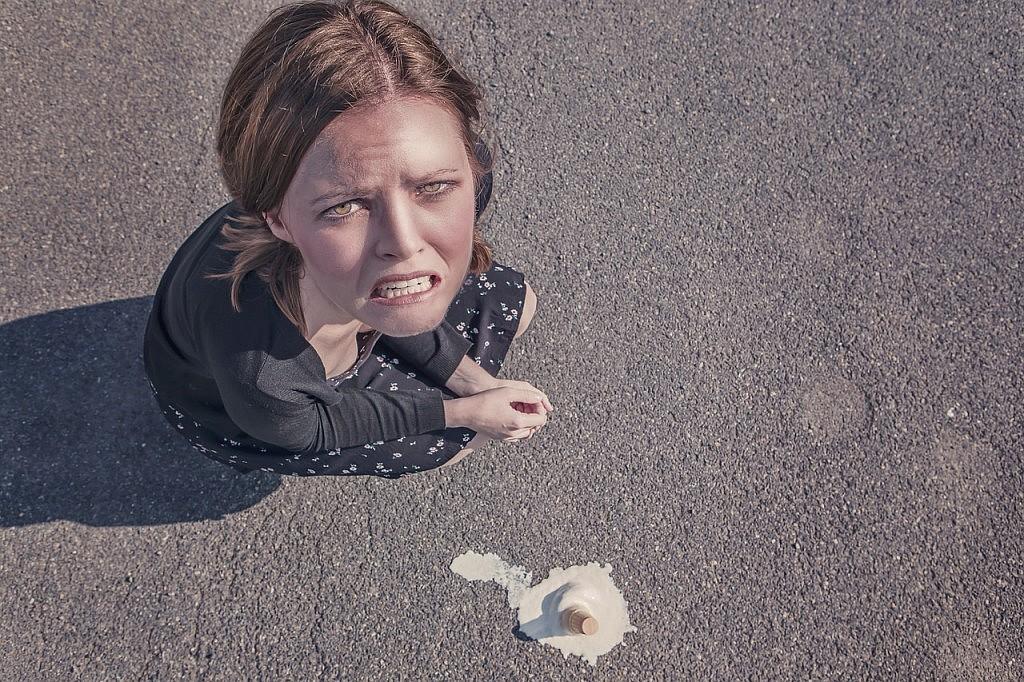 jonge vrouw knielt bij gevallen ijsje - afbeelding bij ondernemerslessen blog