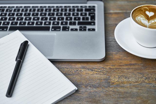 foto van laptop, blocknote en koffie bij blog Worden blogs nog gelezen
