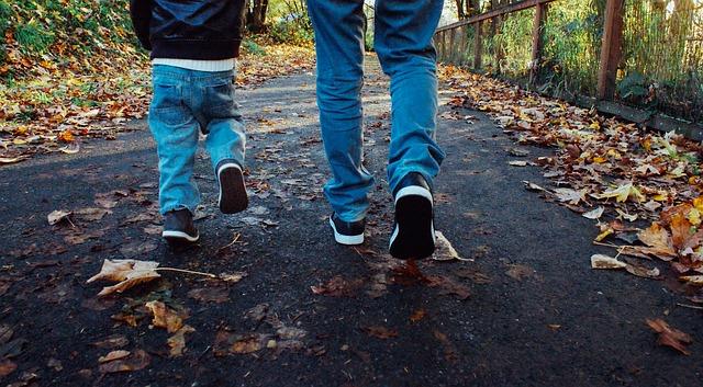 volwassene en kind wandelen - foto bij blog over een hekel hebben aan online marketing