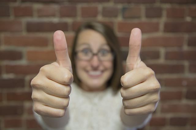 foto van vrouw met duimen omhoog bij blog over online marketing volhouden