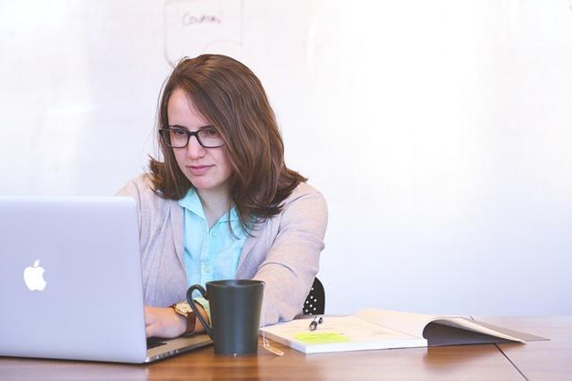vrouw achter laptop - foto bij online marketing actielijst blog