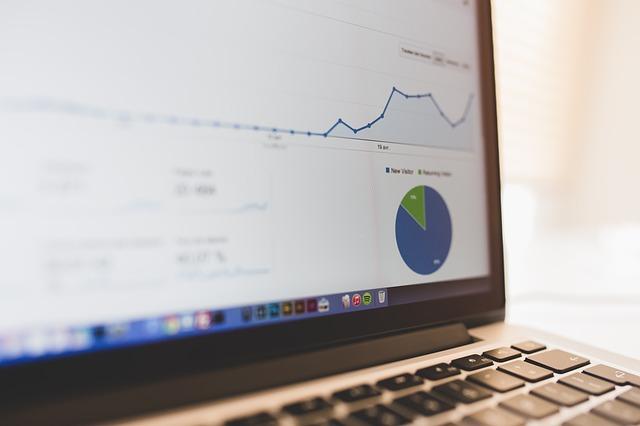 foto van een laptop met statistieken op het scherm bij de blog over SEO strategie