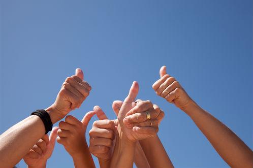 foto van duimen in de lucht bij blog over samen bloggen