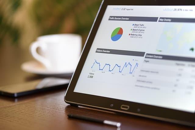 Tablet met SEO statistieken erop bij aan de slag met SEO blog