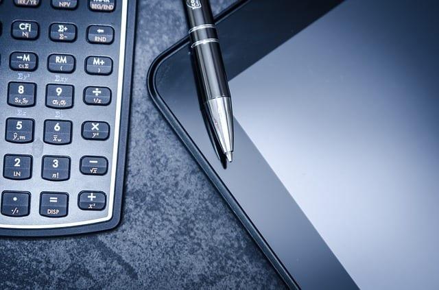 Foto van rekenmachine en tablet bij blog over uurtje factuurtje zzp