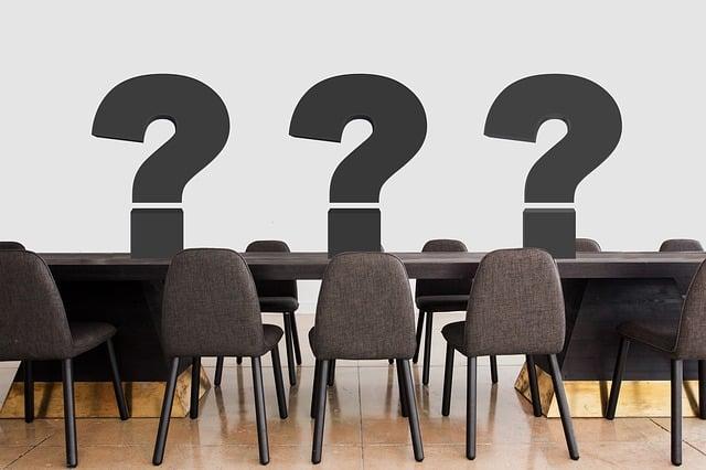 tafel stoelen vraagtekens bij blog over ondernemersvragen