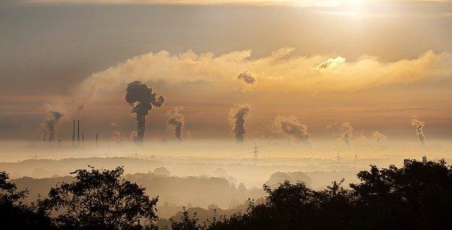 foto van industrie, luchtvervuiling, bij column over Solutions Journalism