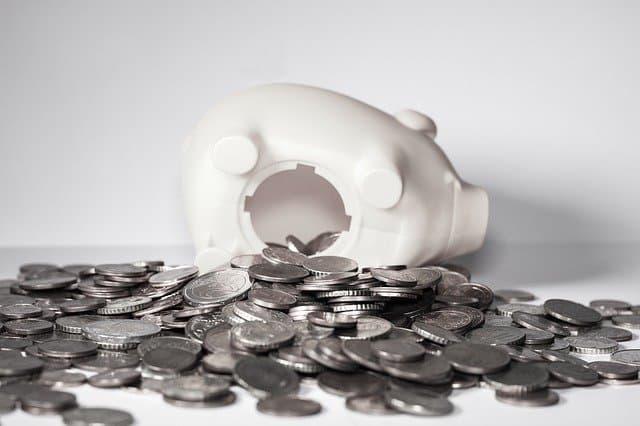 opengemaakt spaarvarken met alle munten eruit