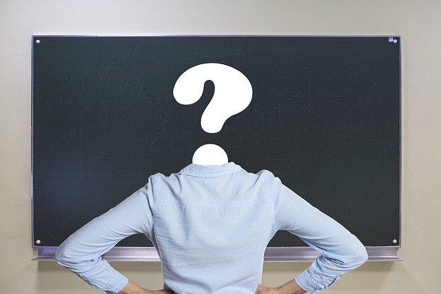 persoon met vraagteken als hoofd voor een krijtbord bij column over wanneer experts vertrouwen