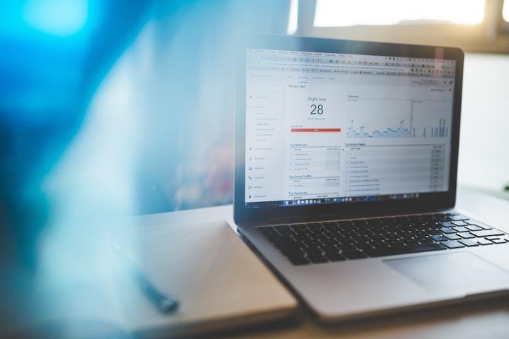 Laptop met website statistieken op scherm bij column over marketing is een continu proces