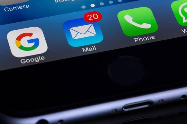 onderkant smartphone scherm met e-mail icoon