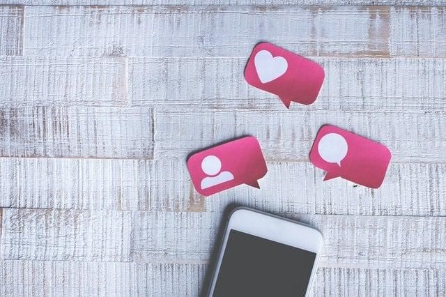 smartphone met social media post-it's erboven